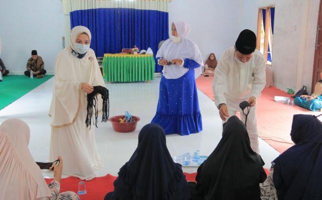 Kunjungi Majelis Taklim Surau Suluk Muara Tugun, Pjs Bupati Bagikan Masker Bagi Anggota Wirid
