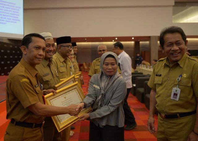 Optimal Dalam Penyelesaian Tindak Lanjut Pemeriksaan Inspektorat Riau 2019, Pemkab Rohul Terima Penghargaan Dari Gubri